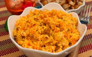 Салат с сухариками, сыром и морковкой