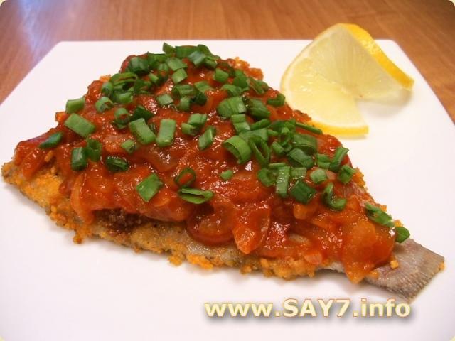 Жареная камбала под томатно-луковым соусом