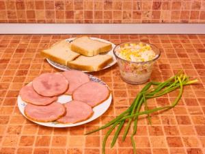 Бутерброды с рулетиками из ветчины и салатом. Ингредиенты