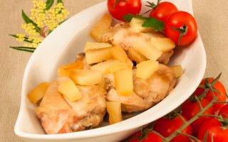 Курица, тушенная с ананасами