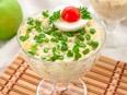 Салат с кальмарами, яблоками и сыром