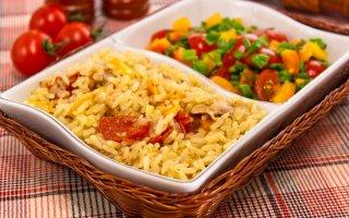Курица, тушенная с рисом и овощами