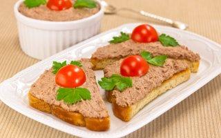 Бутерброды с паштетом из куриной печени