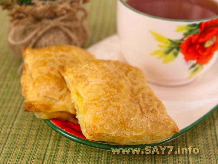 Слоеные пирожки с сыром и ветчиной
