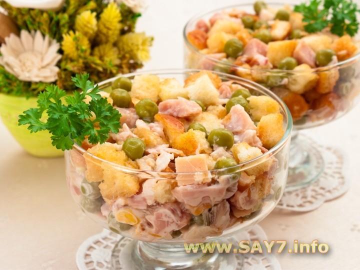 Рецепт Салат с сухариками, горошком и копченым окорочком