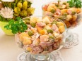 Салат с сухариками, горошком и копченым окорочком