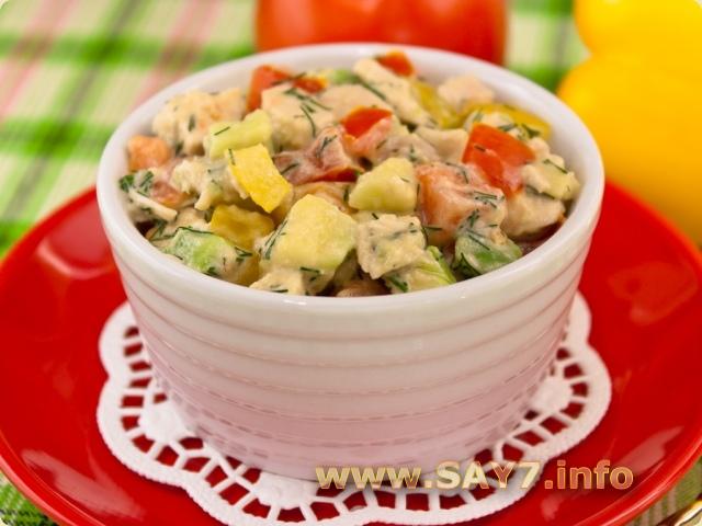 Салат с авокадо, куриным филе, помидорами и перцем