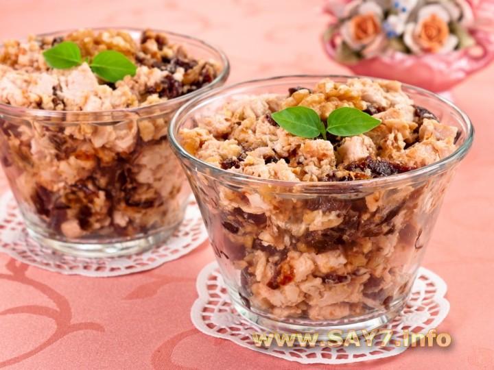 Рецепт Салат с куриным филе, черносливом и орехами