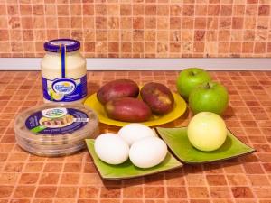 Салат с селедкой, картофелем и яблоком. Ингредиенты
