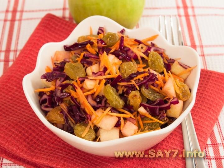 Рецепт Салат с капустой, яблоком и изюмом