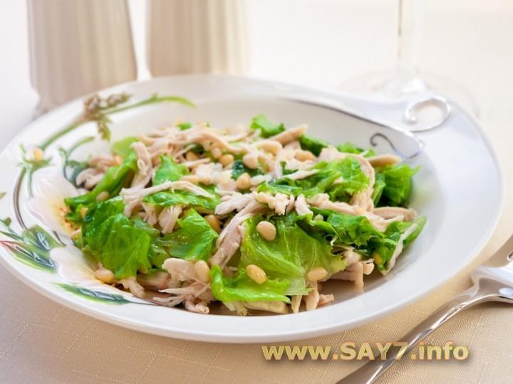 Рецепт Салат с куриным филе и кедровыми орешками