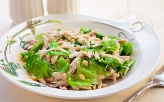Салат с куриным филе и кедровыми орешками