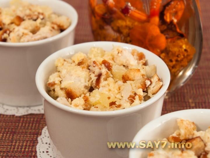 Рецепт Салат с куриным филе, сухариками и ананасами