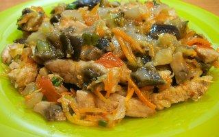 Свинина, тушенная с овощами и грибами