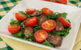 Салат с куриной печенью и помидорами черри
