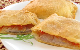 Слоеные пирожки с мясом и помидорами