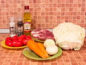 Капуста, тушенная со свининой и помидорами. Ингредиенты