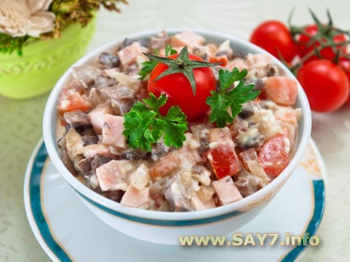 Рецепт Салат с ветчиной, грибами и помидорами