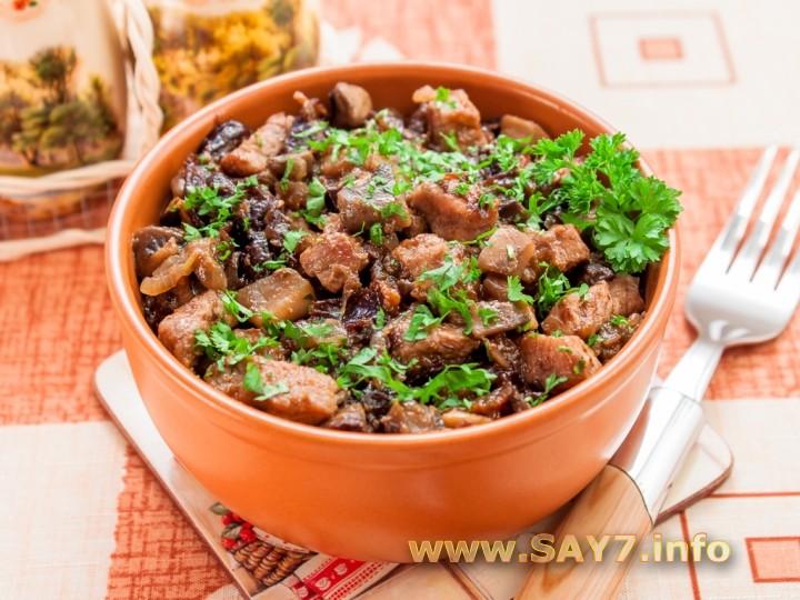 Рецепт Свинина, жаренная с грибами и черносливом