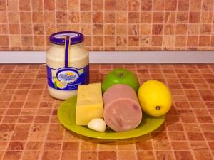 Салат-коктейль с ветчиной, сыром и яблоком. Ингредиенты
