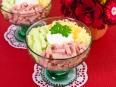 Салат-коктейль с ветчиной, сыром и яблоком