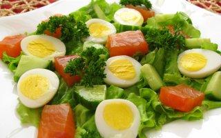 Салат с горбушей, огурцами и яйцами