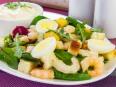 Салат с креветками, сухариками и яйцами