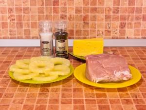 Свинина, запеченная с ананасами и сыром. Ингредиенты