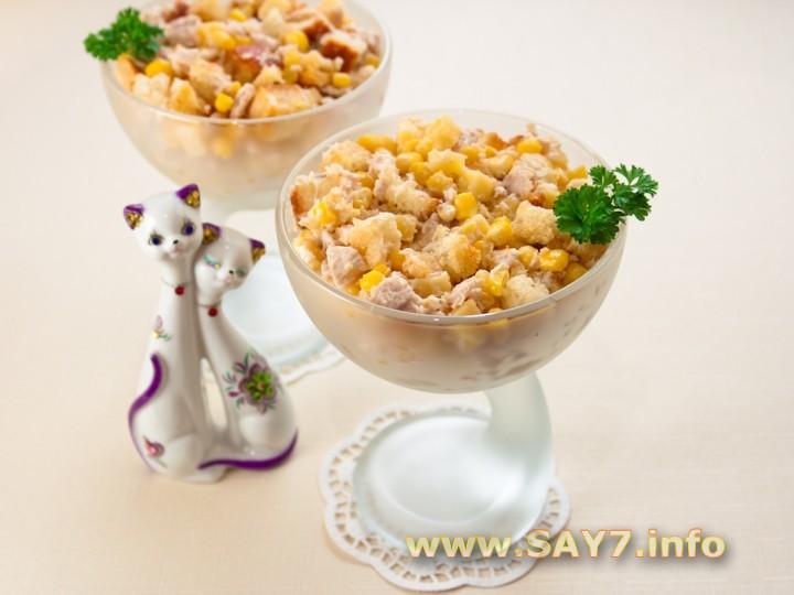 Салат с сухариками, куриным филе, сыром и кукурузой
