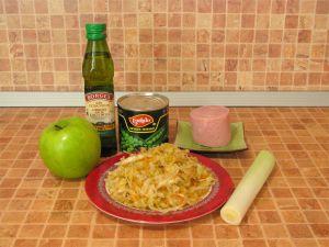 Салат с квашеной капустой, ветчиной и яблоком. Ингредиенты