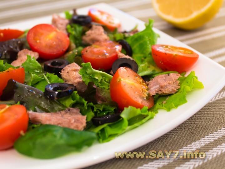 Рецепт Салат с помидорами и тунцом