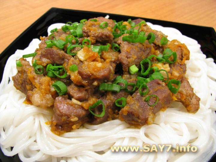 Рецепт Мясо с луком, морковью и рисовой лапшой