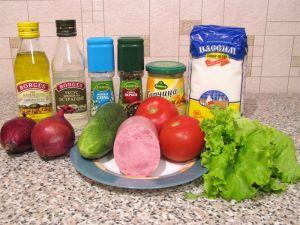 Салат с ветчиной, помидорами, огурцами и маринованным луком. Ингредиенты