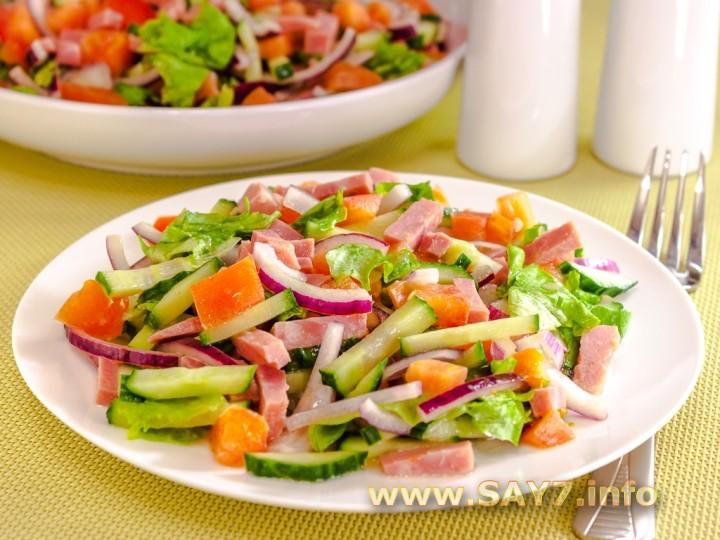 Рецепт Салат с ветчиной, помидорами, огурцами и маринованным луком