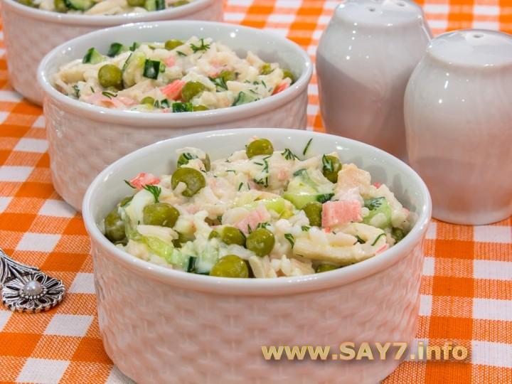 Рецепт Салат с кальмарами, огурцами и горошком