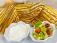 Блинчики с фруктами, ягодами, мороженым и шоколадом