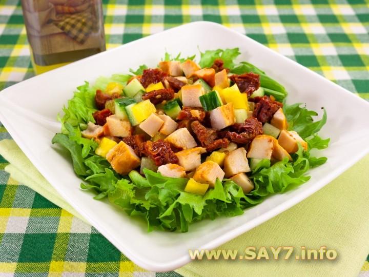 Рецепт Салат с вялеными помидорами, куриным филе и огурцами
