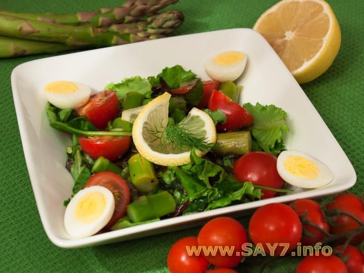 Рецепт Салат с помидорами, спаржей и яйцами