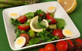 Салат с помидорами, спаржей и яйцами