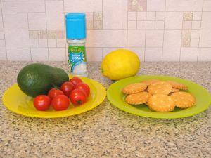 Крекеры с авокадо и помидорами черри. Ингредиенты
