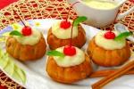 Маффины с яблоками и корицей под ванильным соусом