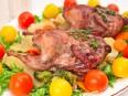 Перепела, маринованные в вине, запеченные с овощами и беконом