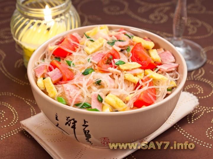 Рецепт Фунчоза с беконом, помидорами и яичными блинчиками