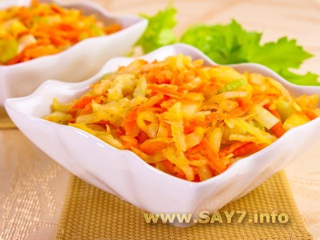 Салат с кольраби, сельдереем, яблоком и морковью