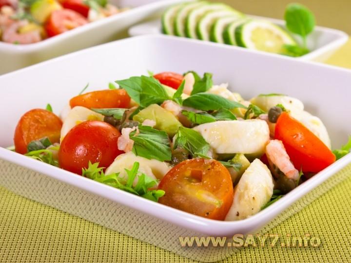 Рецепт Салат с моцареллой, помидорами, креветками и авокадо
