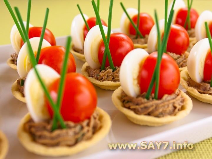 Рецепт Тарталетки с печеночным муссом, перепелиными яйцами и помидорами черри