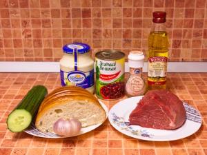 Салат с фасолью, говядиной и сухариками. Ингредиенты