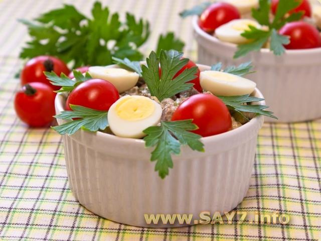 Салат с печенью, маринованными огурцами и сыром