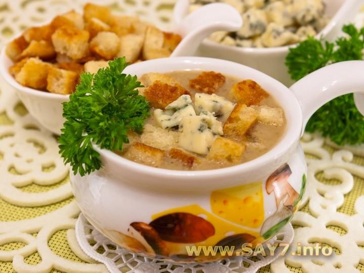Рецепт Суп с грибами, сухариками и сыром с благородной плесенью