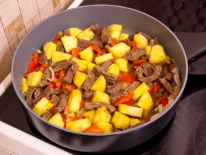 Говядина тушеная с ананасом рецепт с фото #1